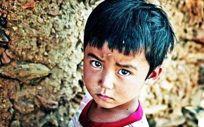 Cậu bé ném vỡ kính xe sang và câu chuyện cảm động về lòng trắc ẩn